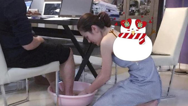 """Cận ngày 8/3, bức ảnh nữ doanh nhân xinh đẹp rửa chân cho chồng """"vì nghĩa"""" khiến dân mạng xôn xao"""