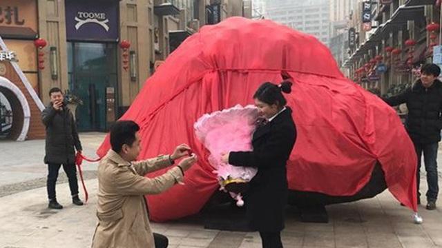 Chàng trai cầu hôn bằng khối thiên thạch nặng 33 tấn