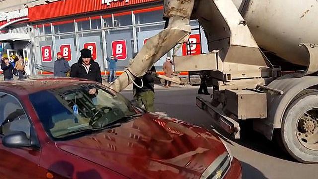 Chồng đổ bê tông vào ô tô của vợ để phạt vì tội... dám tự ý đổi tên mà không xin phép