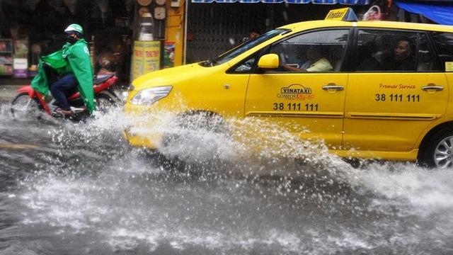 Mưa lớn, đường TP.HCM ngập nặng giữa mùa nóng