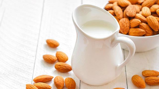 Chuyên gia nói gì về sữa làm từ các loại hạt?