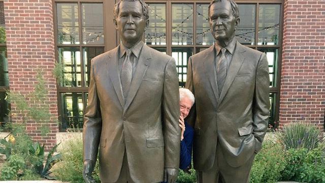 """Phút """"nghịch ngợm"""" của ông Bill Clinton"""