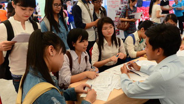 Cử nhân đi phục vụ quán cà phê, massage và những câu hỏi chưa lời đáp về thị trường lao động Việt Nam