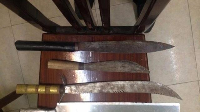 3 thanh niên mang dao, phớ đi 'dạo phố' đụng cảnh sát