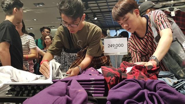 Vì sao người Việt mua áo 'made in Vietnam' 300.000 đồng chê đắt nhưng đội nắng 15 tiếng mua áo H&M 700.000 đồng vẫn khen rẻ?