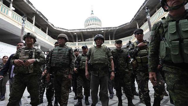 Ông Duterte mặc quân phục, đi giày vào nhà thờ hồi giáo