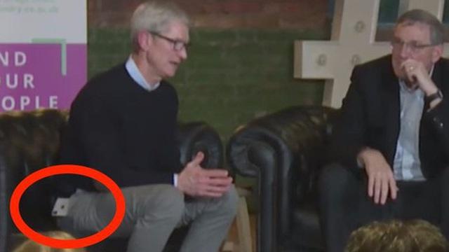 Đố bạn biết người đàn ông quyền lực nhất Apple đang dùng chiếc smartphone nào?