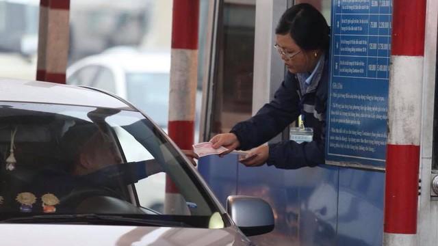 Tài xế chậm rãi đếm tiền lẻ mua vé qua QL5, mở cổng văn phòng BQL cho xe máy đi qua