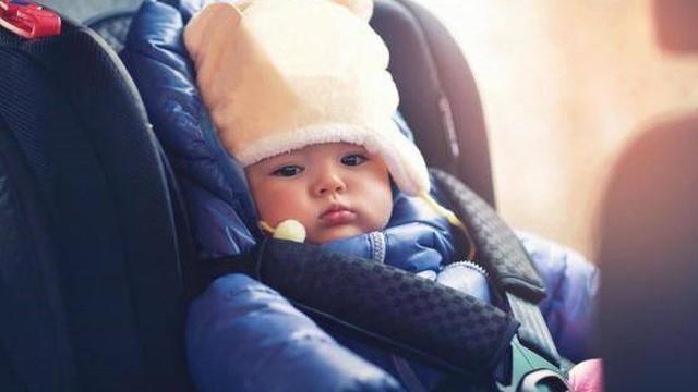 Vì sao không nên thắt dây an toàn cho trẻ khi trẻ mặc áo khoác dày?