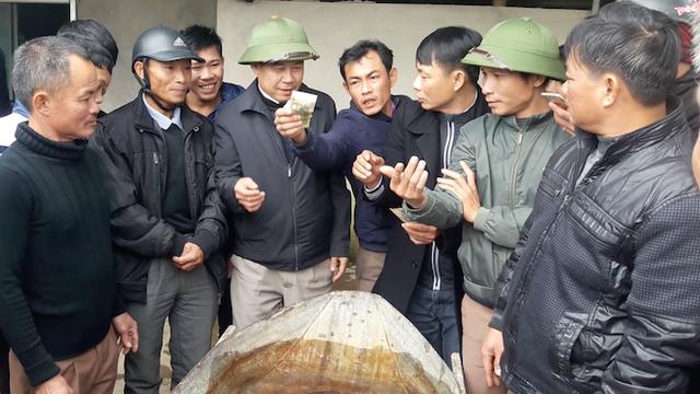 Người dân góp tiền mua cá chình khủng dài cả mét để phóng sinh