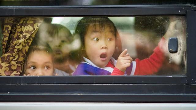24h qua ảnh: Em bé tròn mắt trong lần đầu tiên tham quan Hà Nội