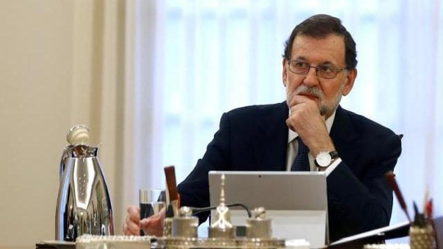 """Ra tối hậu thư 8 ngày cho Catalonia, chính phủ Tây Ban Nha """"bắn 1 mũi tên trúng 2 đích""""?"""