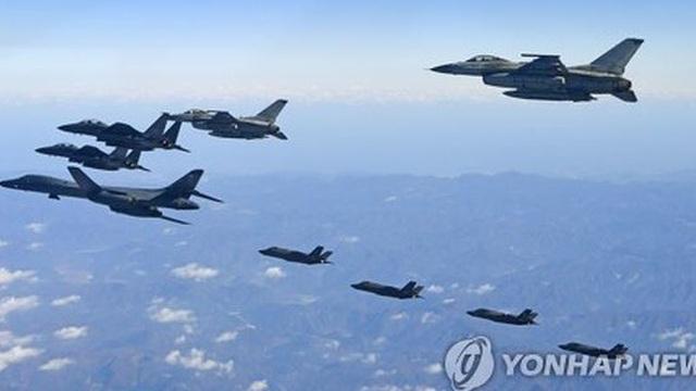"""Cận cảnh """"quái vật"""" B-1B và """"ác điểu"""" F-22 ném bom ở Hàn Quốc"""