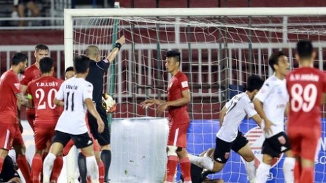 """Bê bối Long An và những """"trò hề"""" oái oăm nhất V-League"""