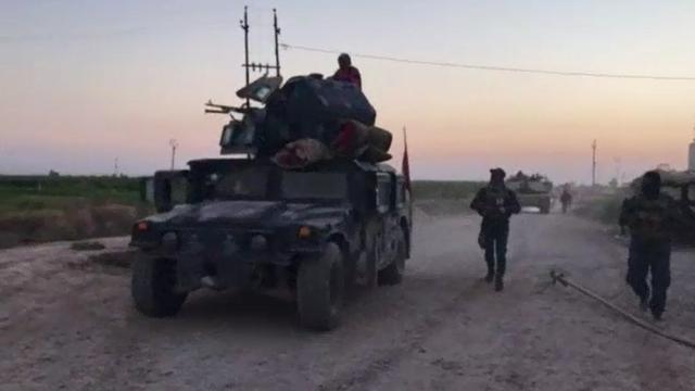 """Người Kurd tuyên bố hạ được xe tăng Iraq, Baghdad nói quân Peshmerga """"lũ lượt"""" đầu hàng"""