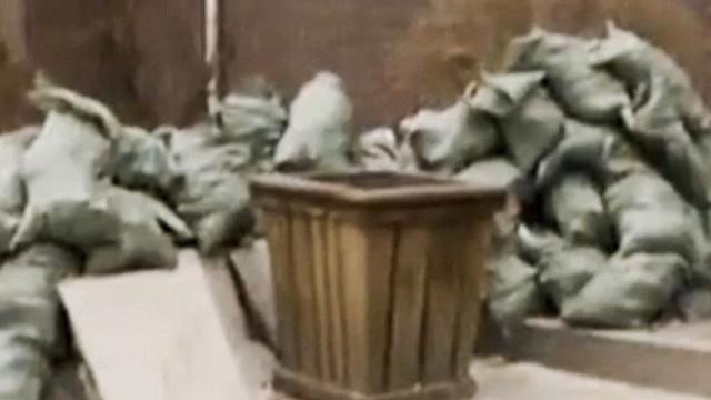 Chuyện thật như đùa: Mang tiền đi gửi ngân hàng, người đàn ông ném nhầm hơn 400 triệu đồng vào thùng rác