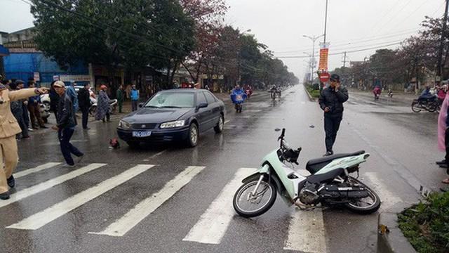 Xe biển xanh 80A tông người phụ nữ đi xe máy văng 20 m