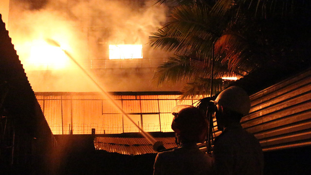 [NÓNG] Hàng trăm chiến sĩ đang gồng mình chữa cháy tại công ty gỗ