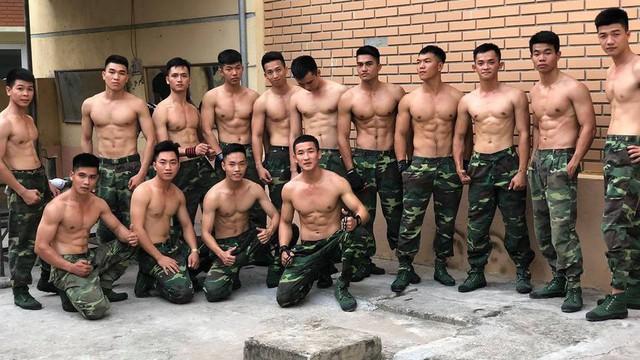 """15 học viên của Học viện Biên phòng gây """"sốt"""" khi cùng xuất hiện trong 1 khung hình"""