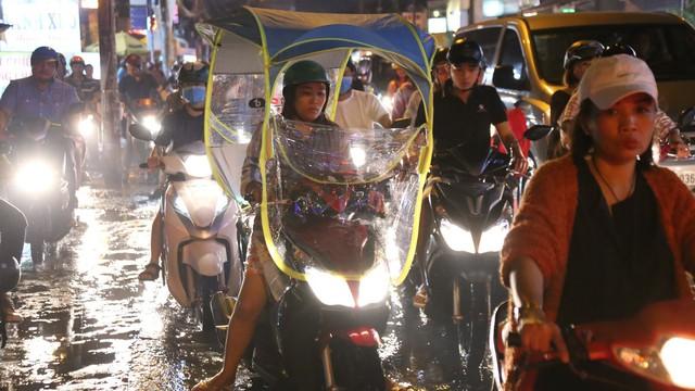 Sài Gòn ùn tắc kinh hoàng sau mưa lớn, trẻ em ngủ gục trên vai ba mẹ ngoài đường