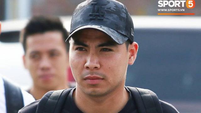 Đức Huy nhăn nhó vì đau mắt trong ngày lên tập trung đội tuyển Việt Nam