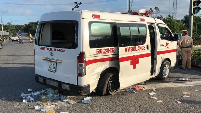 Xe cấp cứu chở bệnh nhân ung thư va chạm kinh hoàng với ô tô con, 5 người trọng thương