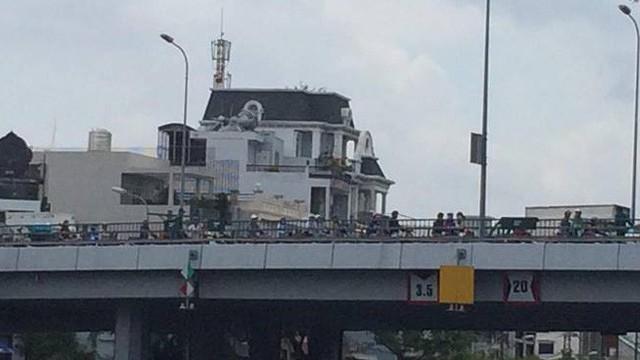 Hàng chục cảnh sát mò lặn dưới kênh Tàu Hủ vì… đôi dép để trên cầu Chà Và