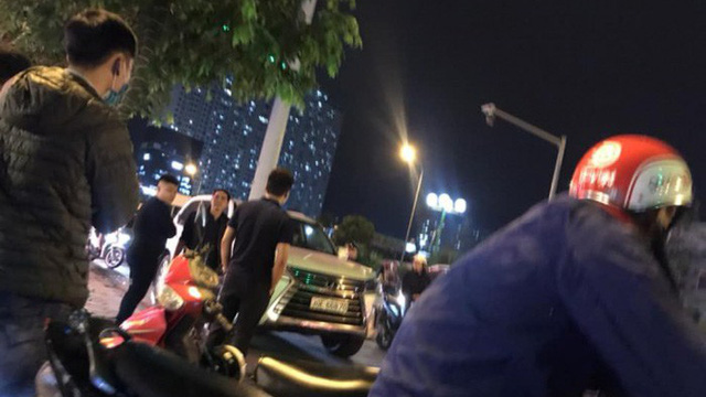 Thanh niên đi SH bị đập tơi tả vì cầm mũ bảo hiểm đánh người ngồi trên ô tô Lexus 570