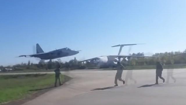 Video: Đứng tim nhìn 2 chiến cơ Su-25 bay sát mặt đất mà không va chạm