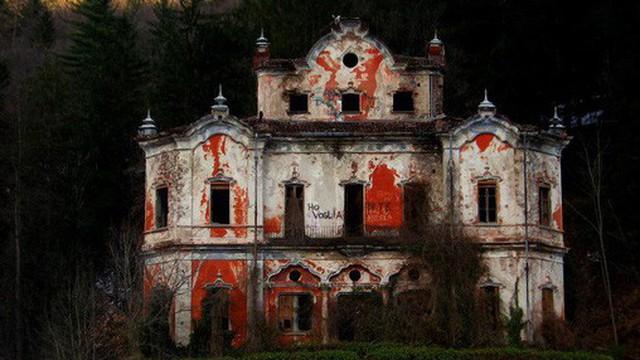 """Ghé thăm """"biệt thự ma"""" nơi bi kịch gia đình mở đầu bằng cái chết của kiến trúc sư"""
