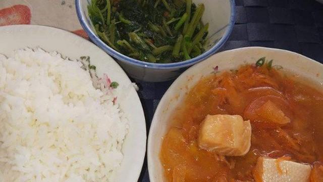 """Mẹ chồng nấu cơm cữ cá hồi cà chua, nàng dâu than nuốt không trôi khiến chị em đồng loạt """"dậy sóng"""" vì thế này"""