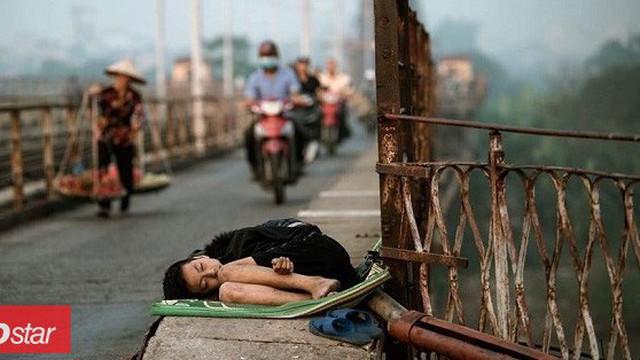 Xót xa hình ảnh bé trai nằm ngủ co quắp trên cầu Long Biên