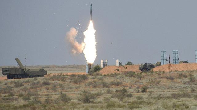"""Chuyên gia: S-300 Nga ở Syria có thể """"vít cổ"""" tiêm kích tàng hình F-22 Mỹ"""