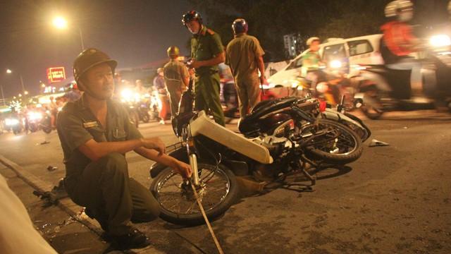 """Hiện trường vụ ô tô """"điên"""" tông hàng loạt xe máy ở Sài Gòn, 1 người chết, 4 người kêu cứu"""