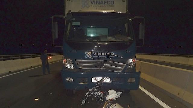 Hai cô gái trẻ tử vong khi va chạm với xe tải trên cầu Cao Lãnh