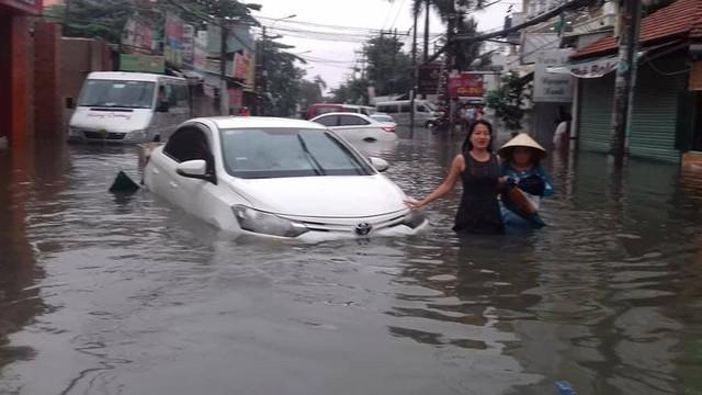 Xe hơi nằm la liệt khắp phố TP.HCM do ngập nước chết máy