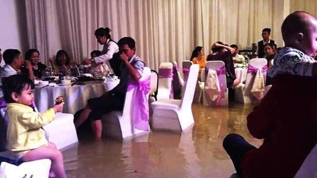 Khách vừa ăn cỗ cưới vừa ngâm chân, cô dâu chú rể bỏ lại xe