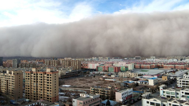 """24h qua ảnh: Bão cát quái vật """"nuốt chửng"""" thành phố Trung Quốc"""