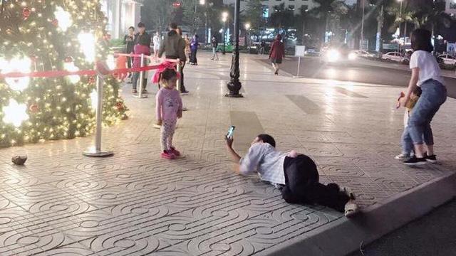 """Người bố và khoảnh khắc """"hot"""" được chia sẻ rần rần trên mạng xã hội tối thứ 6"""