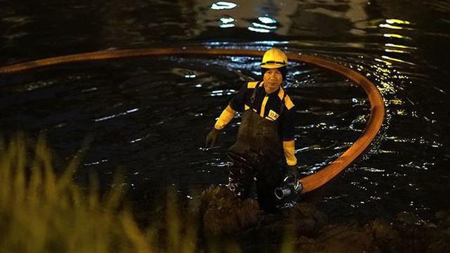 Công nhân ngâm mình trong đêm lạnh nạo vét sông Tô Lịch