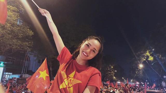 """Sao Vbiz """"đi bão"""" mừng chiến thắng của đội tuyển Việt Nam: Cưỡi xe máy, nhuộm đỏ phố phường"""