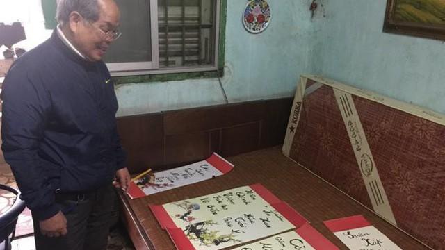 """PGS Bùi Hiền chuyển đôi câu đối Tết sang ngôn ngữ """"Tiếw Việt"""""""
