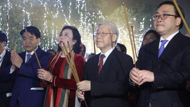 Tổng Bí thư Nguyễn Phú Trọng dâng hương tượng đài vua Lý Thái Tổ, dạo bộ chúc Tết người dân