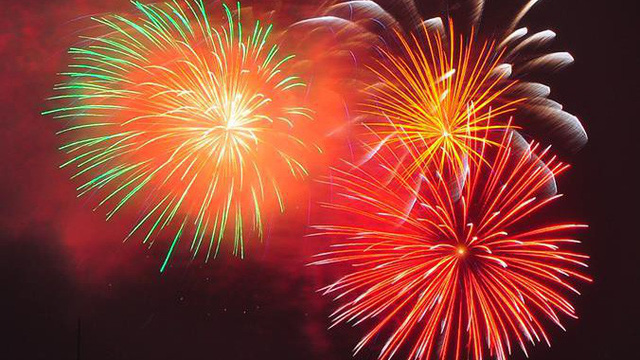 Pháo hoa rực sáng bầu trời đêm giao thừa, xin chào năm mới Mậu Tuất!