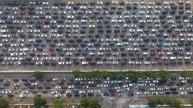 24h qua ảnh: Hàng chục nghìn ô tô xếp hàng chờ phà ở Trung Quốc