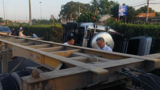 Đi du lịch về, xế hộp bị xe đầu kéo húc văng khiến 1 người bị thương