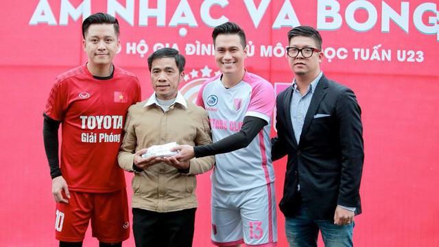 """Sao """"Người phán xử"""" và Tuấn Hưng chung tay, hỗ trợ thủ môn U23 Việt Nam có mẹ bị ung thư"""
