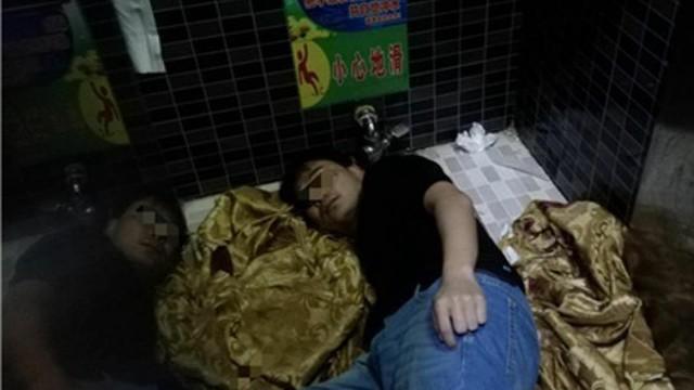 Chàng trai Trung Quốc suýt mất tay vì cố nhặt iPhone 8 rơi xuống xí xổm
