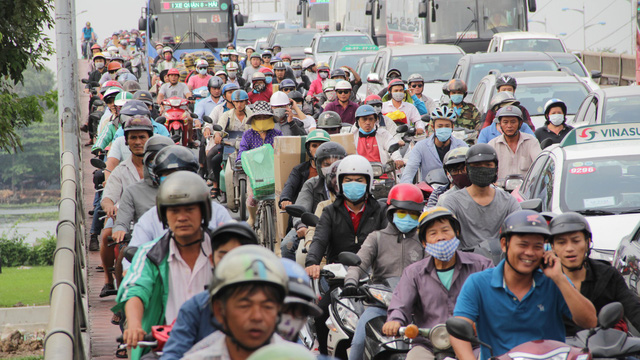 Người dân ùn ùn về quê ăn Tết, các tuyến đường Sài Gòn kẹt cứng