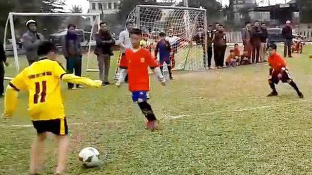 Clip cậu bé Hà Tĩnh đi bóng vi diệu như Messi gây sốt mạng xã hội